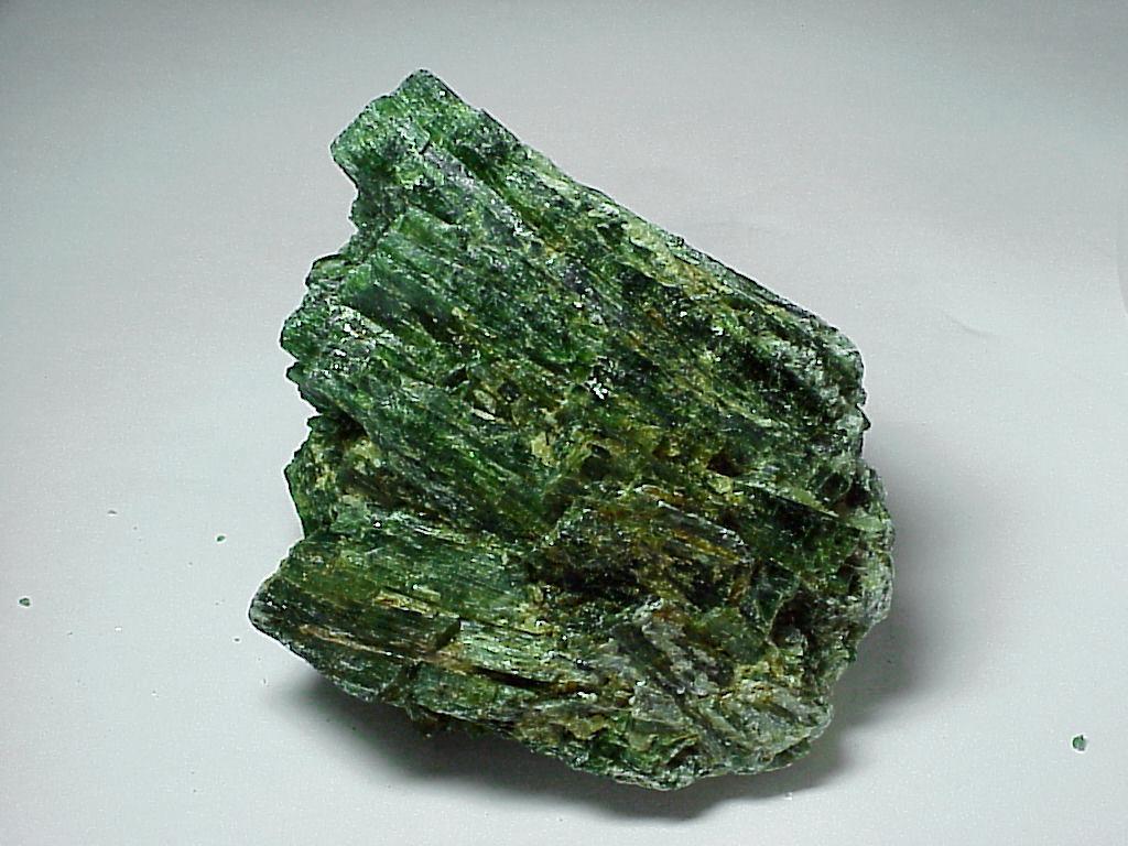 Смарагдит  (прозрачный зеленый актинолит)